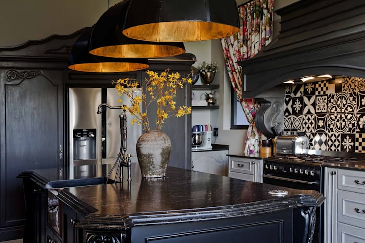equestrian farm house:  Kitchen by House of Decor