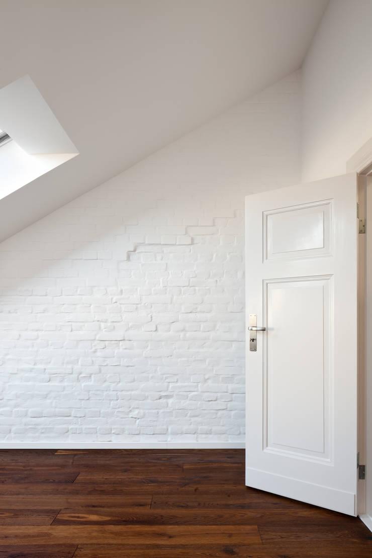 Phòng ngủ theo brandt+simon architekten, Hiện đại Gạch