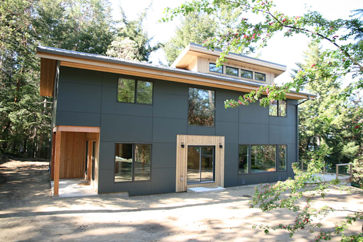 Modern design with panel siding.:  Houses by Linwood Green Homes