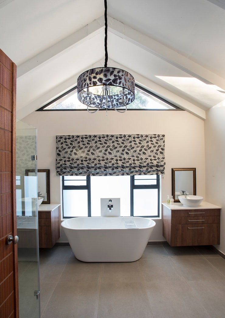 Bedforview Alterations:  Bathroom by FRANCOIS MARAIS ARCHITECTS