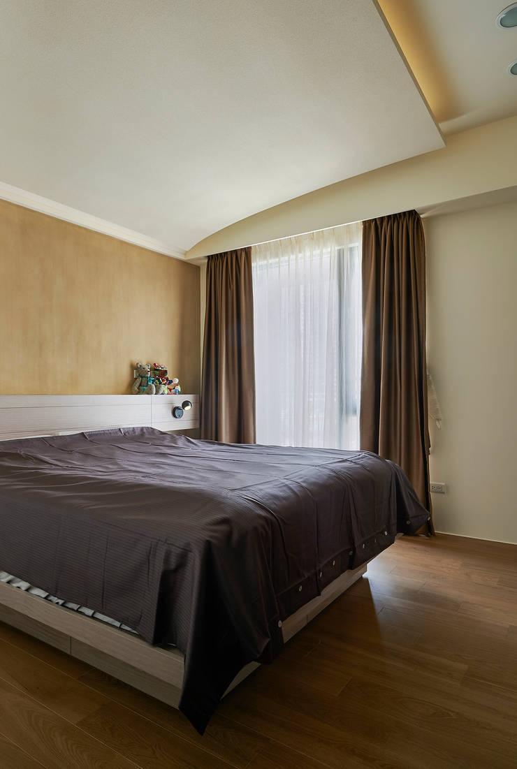 Camera da letto moderna di 青瓷設計工程有限公司 Moderno