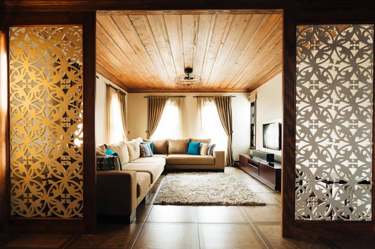 Bilgece Tasarım – Aslı& Şamil Keser konut :  tarz Oturma Odası, Modern