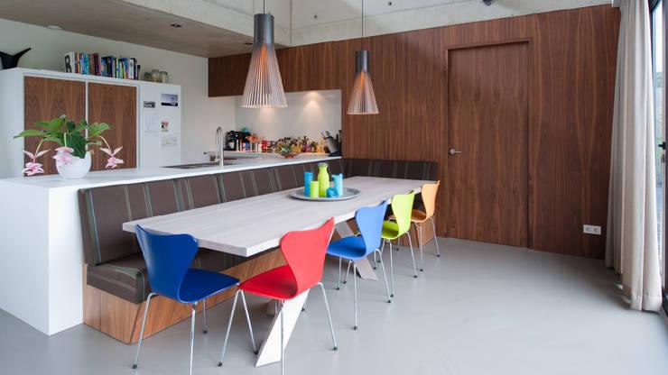 Rijkdom achter een vergrijsde schutting:  Keuken door ARCHITECTUURBUREAU project.DWG, Modern