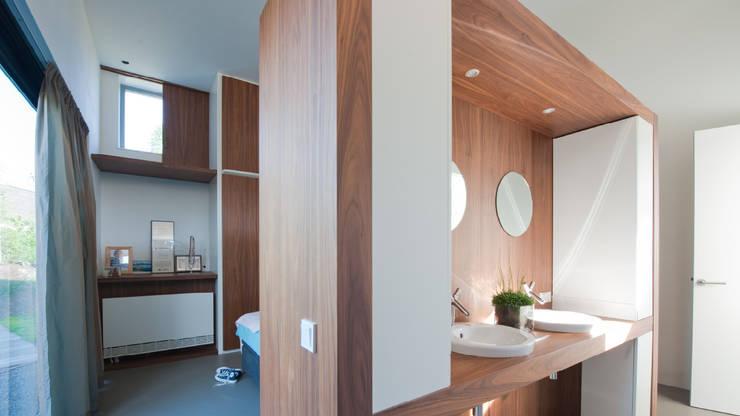 Rijkdom achter een vergrijsde schutting:  Slaapkamer door ARCHITECTUURBUREAU project.DWG, Modern