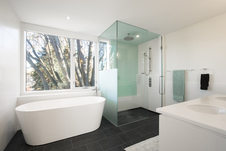 The Hambly House:  Bathroom by dpai architecture inc