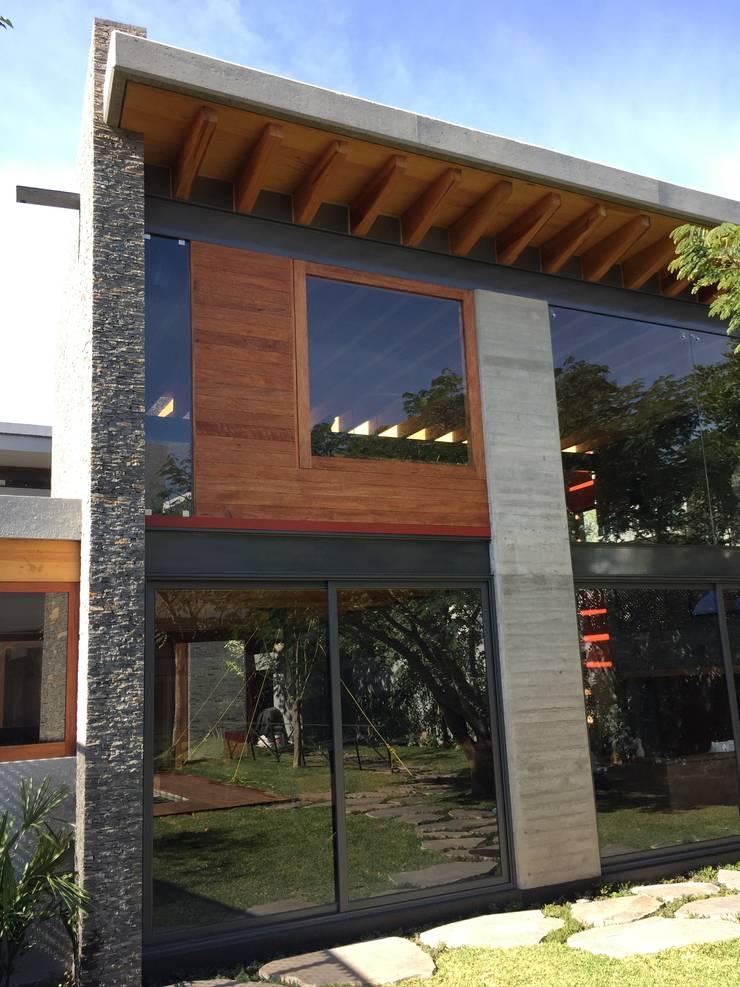 Ampliación en <q>Los Frailes</q>: Casas de estilo  por Taller Luis Esquinca