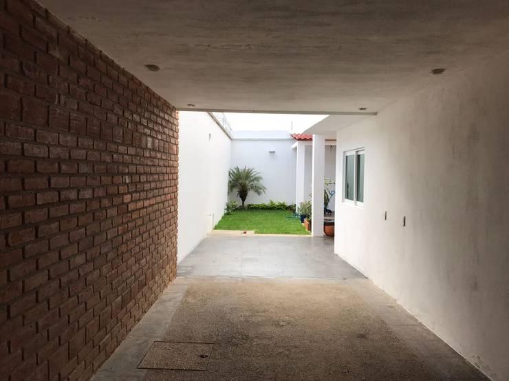 "Hardscape ""M+O"": Jardines de estilo  por [GM+] Arquitectos"