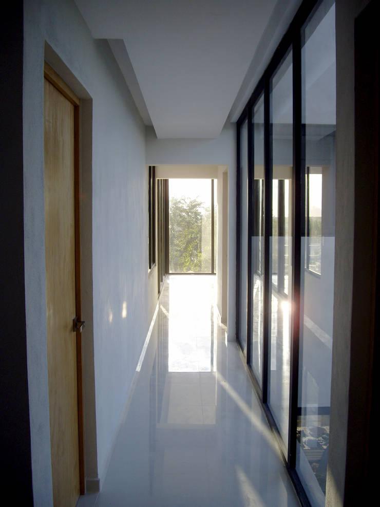 Regatta 26: Pasillos y recibidores de estilo  por VOLEVA arquitectos