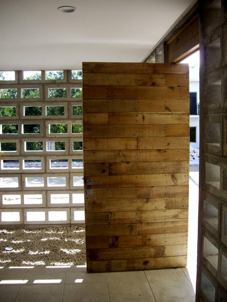 Puerta de acceso: Ventanas de estilo  por VOLEVA arquitectos