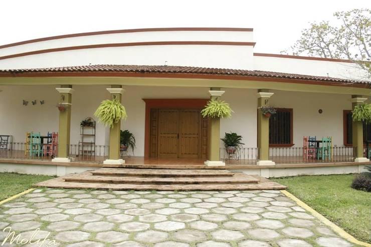 Casas de estilo colonial por MOLIKA