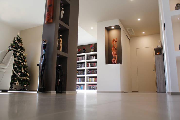 Pasillos y recibidores de estilo  por Studio 06