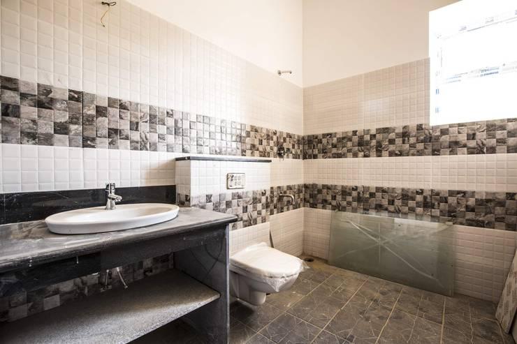Streamside Homes: modern Bathroom by Vitrag Group