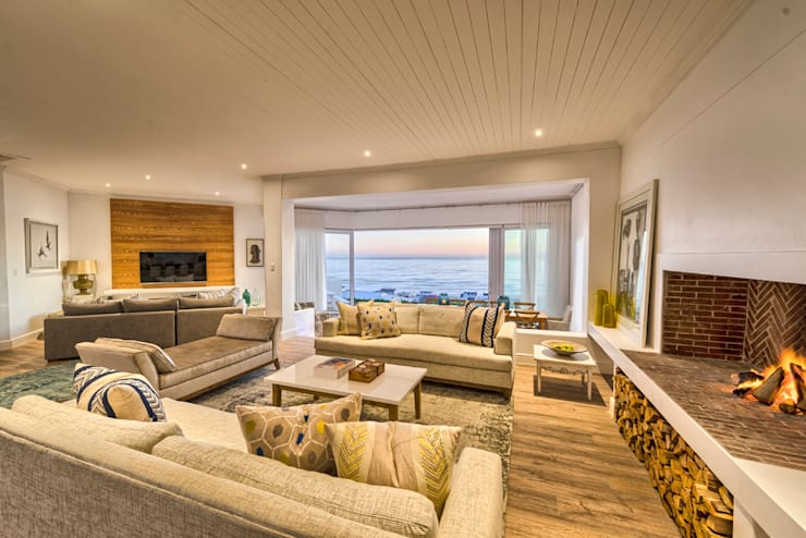 Atlantic Drive:  Living room by House Couture Interior Design Studio