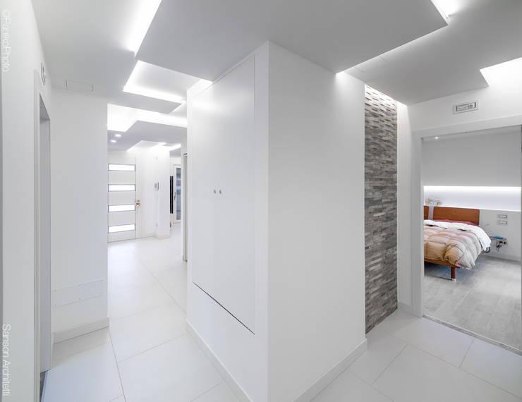 Pasillos y recibidores de estilo  por SANSON ARCHITETTI