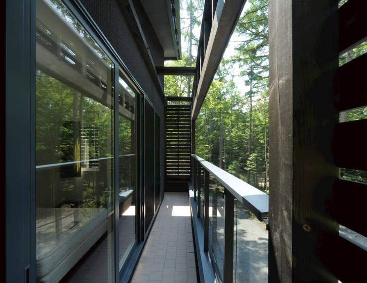 VILLA SILVA  軽井沢の別荘建築: Mアーキテクツ 高級邸宅 豪邸 注文住宅 別荘建築 LUXURY HOUSES   M-architectsが手掛けたテラス・ベランダです。