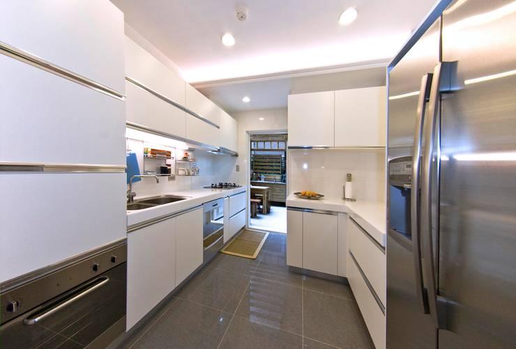 綠意簇擁的新古典宅:  廚房 by 錠揚設計有限公司