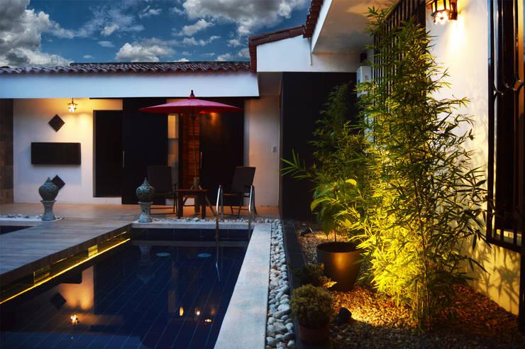 Piscina_patio interior: Espacios comerciales de estilo  por Acinco estudio ,