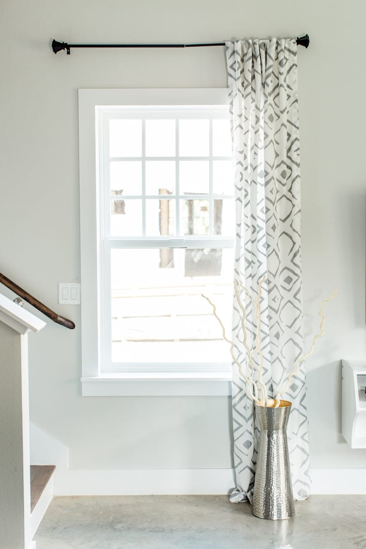 Urban Retreat: modern Living room by Brett Nicole Interiors
