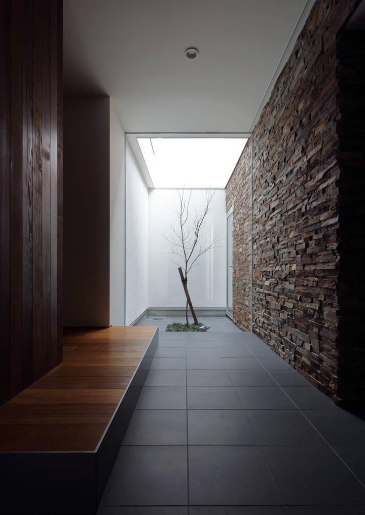 Pasillos y vestíbulos de estilo  de 澤村昌彦建築設計事務所,