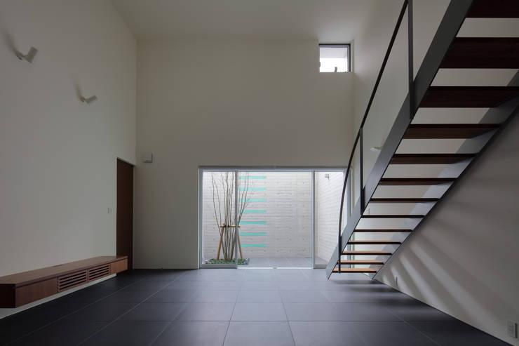 Salones de estilo  de 澤村昌彦建築設計事務所,