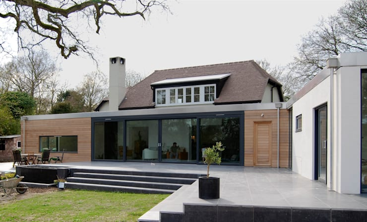 Exterior View facing the garden: modern Houses by ROEWUarchitecture