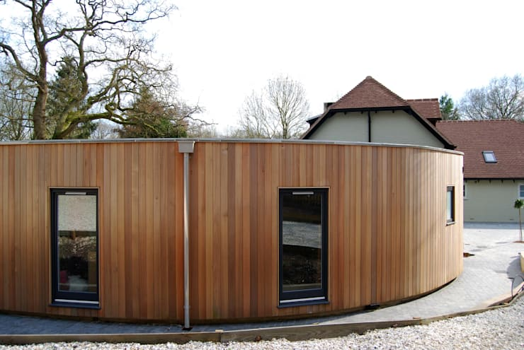 Curved Bedroom Wing :  Houses by ROEWUarchitecture