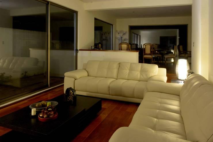 Casa Las Encinas 73, Coronel: Livings de estilo  por Sociedad Castillo Arquitectos Ltda.