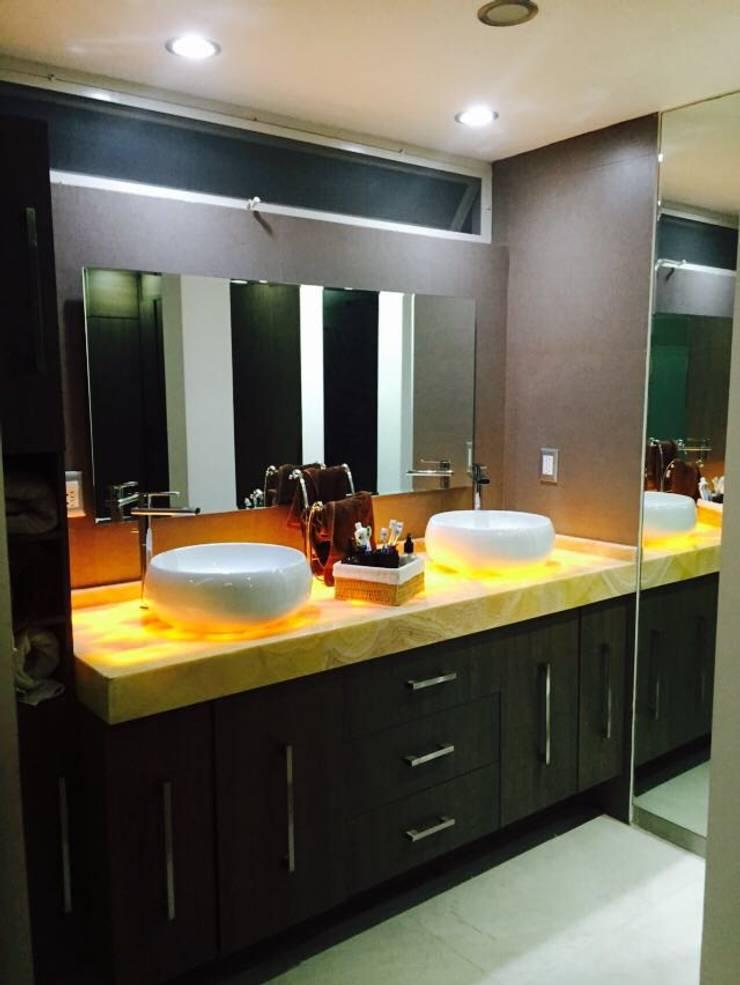 Bathroom by Arqca, Modern