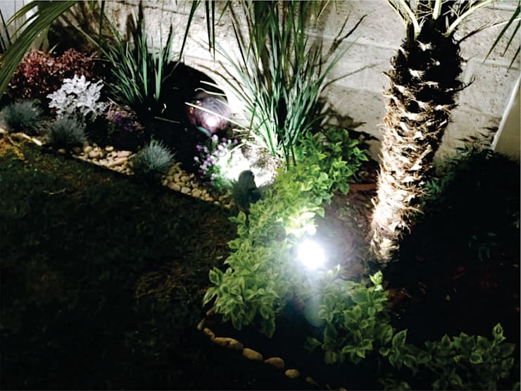 : Jardines de estilo moderno por Arqca