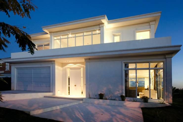 Fachada principal: Casas de estilo  por CIBA ARQUITECTURA