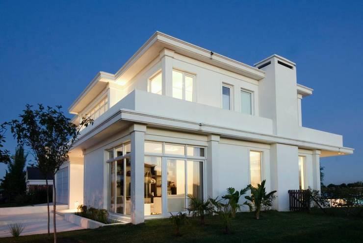 Fachada lateral: Casas de estilo  por CIBA ARQUITECTURA