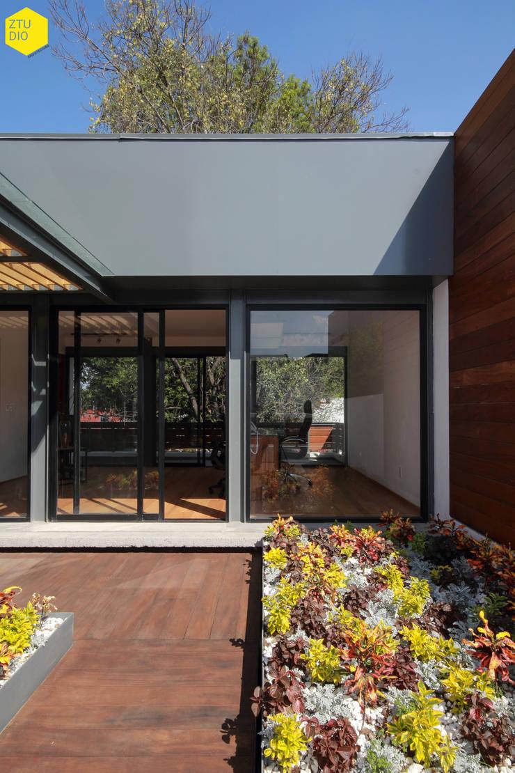 Terraza privada: Estudios y oficinas de estilo  por ZTUDIO-ARQUITECTURA
