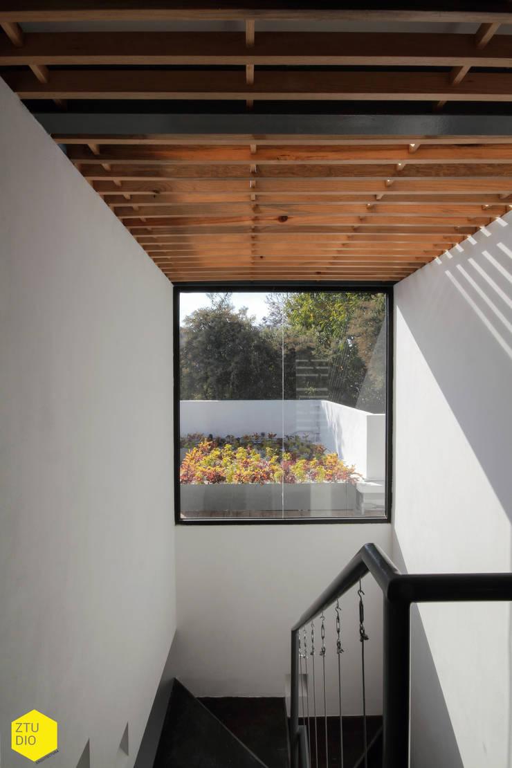 Circulación vertical, iluminación.: Estudios y oficinas de estilo  por ZTUDIO-ARQUITECTURA