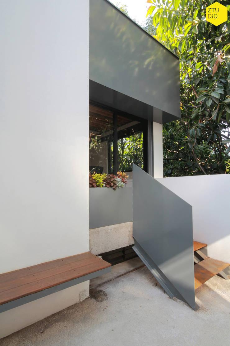 Terraza 2: Estudios y oficinas de estilo  por ZTUDIO-ARQUITECTURA