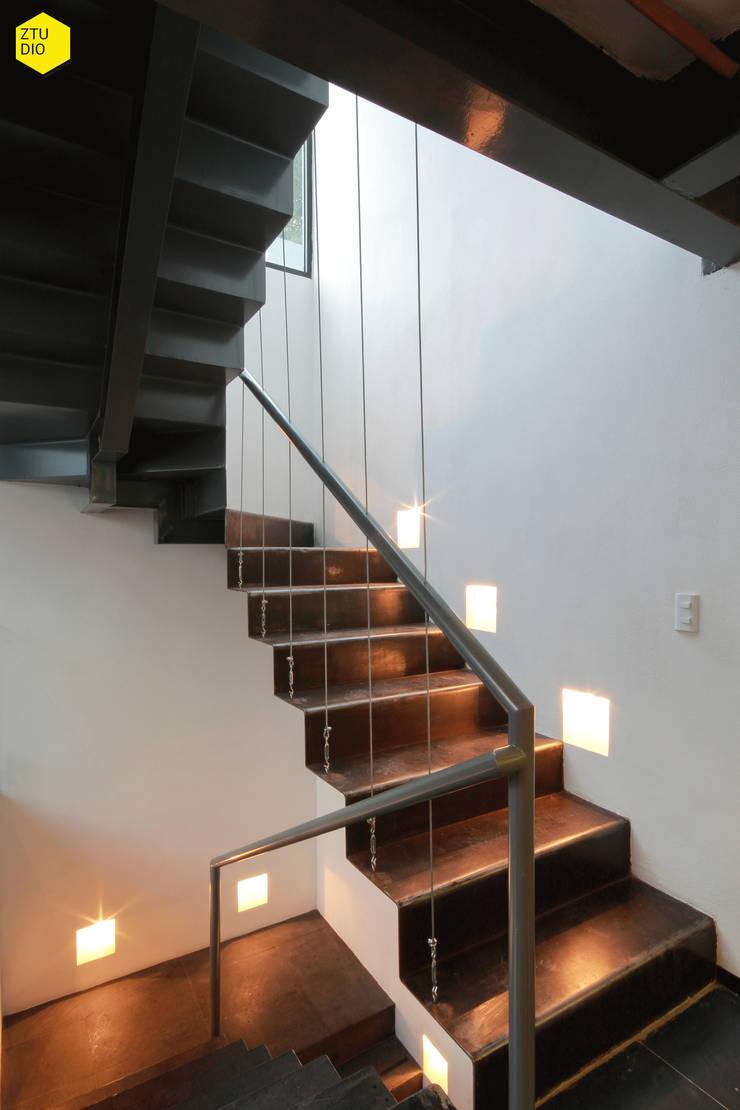 Circulación Vertical: Estudios y oficinas de estilo  por ZTUDIO-ARQUITECTURA