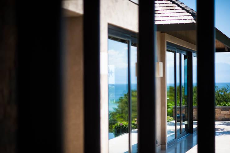 Fotografía de arquitectura – Villa Siriyana, Punta Mita, Nayarit: Ventanas de estilo  por Arcencielstudio