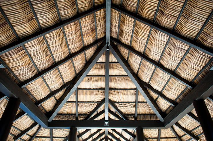 Fotografía de arquitectura – Villa Siriyana, Punta Mita, Nayarit: Pasillos y recibidores de estilo  por Arcencielstudio
