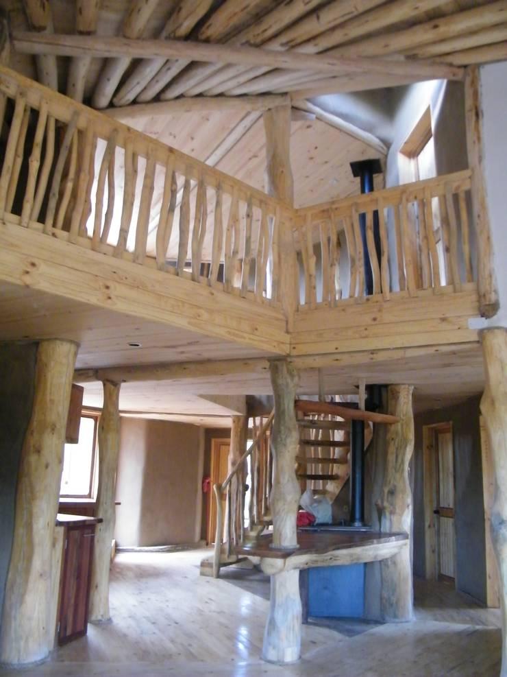 Casa Sol en Rari: Pasillos y hall de entrada de estilo  por Secrea