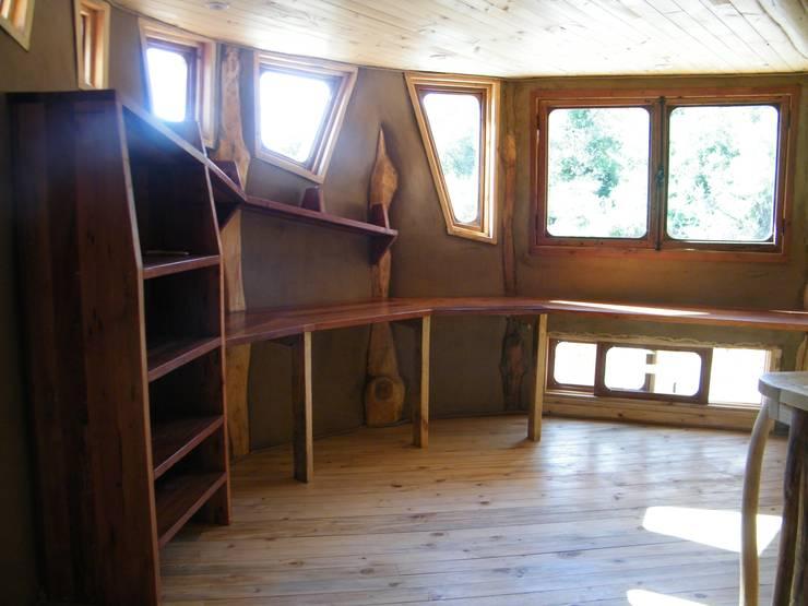 Estudios y oficinas de estilo rústico por Secrea