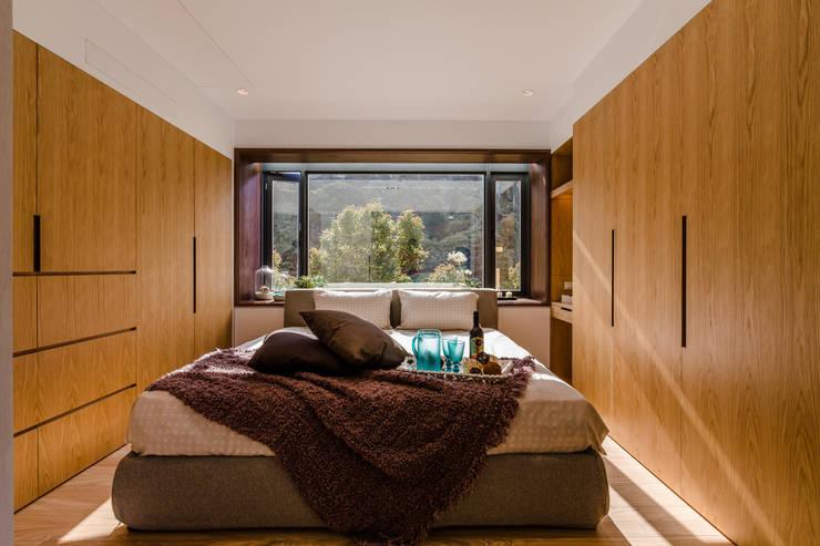 盛裝蓊鬱 :  臥室 by 爾聲空間設計有限公司