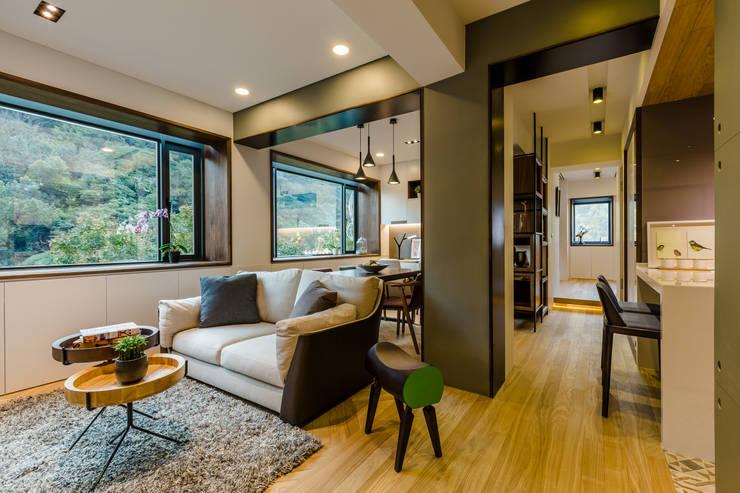 盛裝蓊鬱 :  客廳 by 爾聲空間設計有限公司