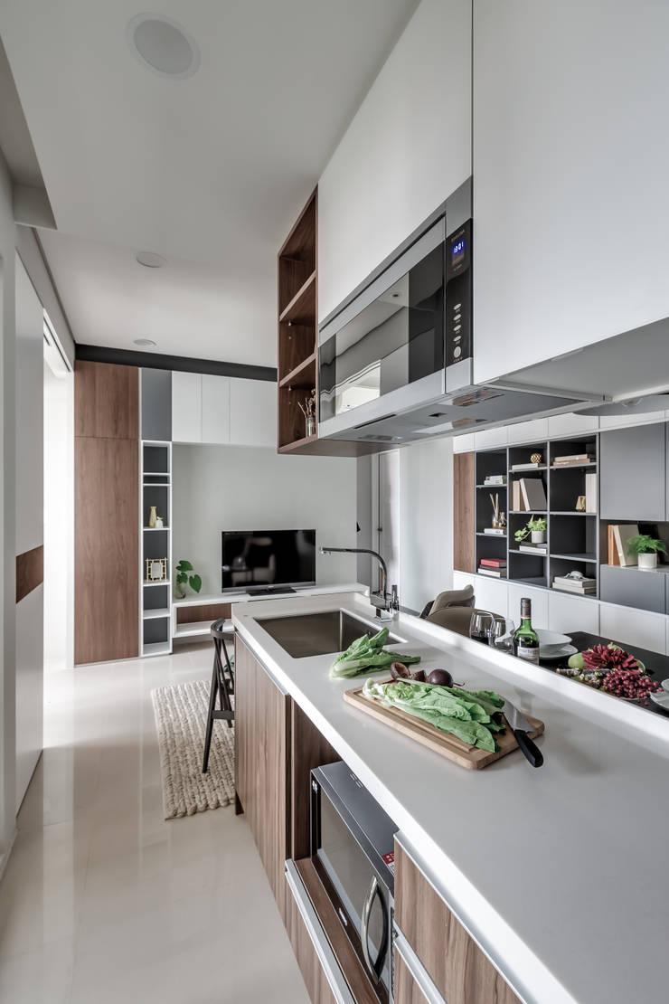 微型日光宅/C Residence Treasure Apartment:  客廳 by 爾聲空間設計有限公司