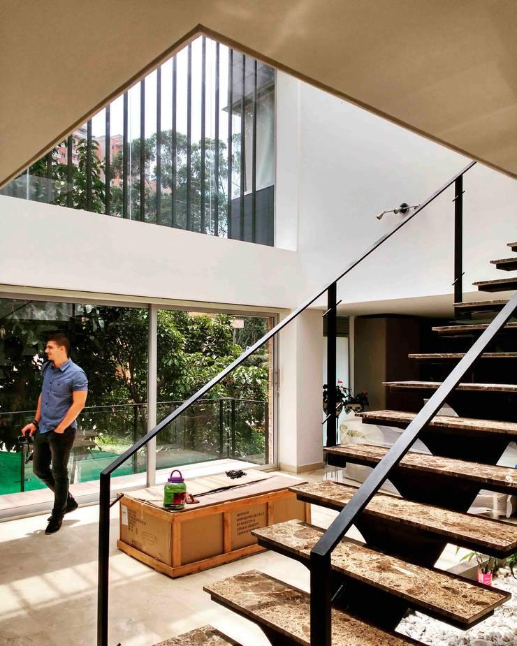 Vivienda unifamiliar-privada: Salas de estilo  por Le.tengo Arquitectos, Moderno