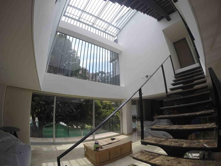 Vivienda unifamiliar-privada: Pasillos y vestíbulos de estilo  por Le.tengo Arquitectos, Moderno