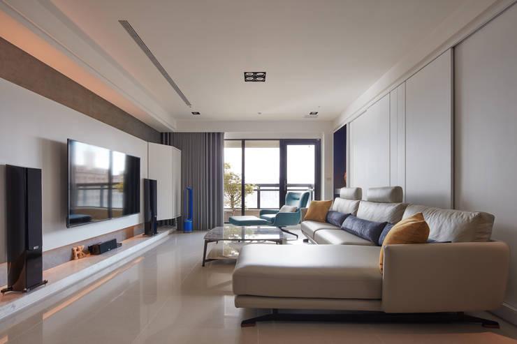 簡約風新居落成 機能X美感的亮麗演出:  客廳 by 合觀設計