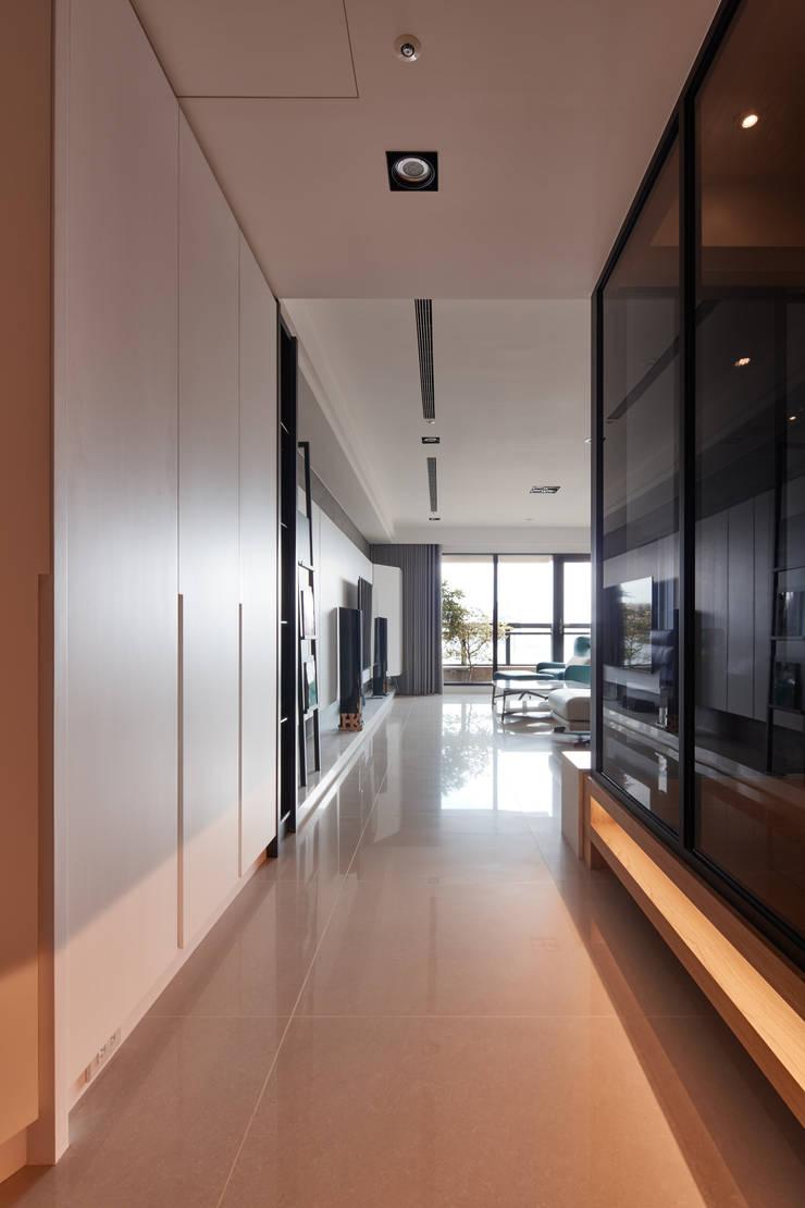簡約風新居落成 機能X美感的亮麗演出:  走廊 & 玄關 by 合觀設計