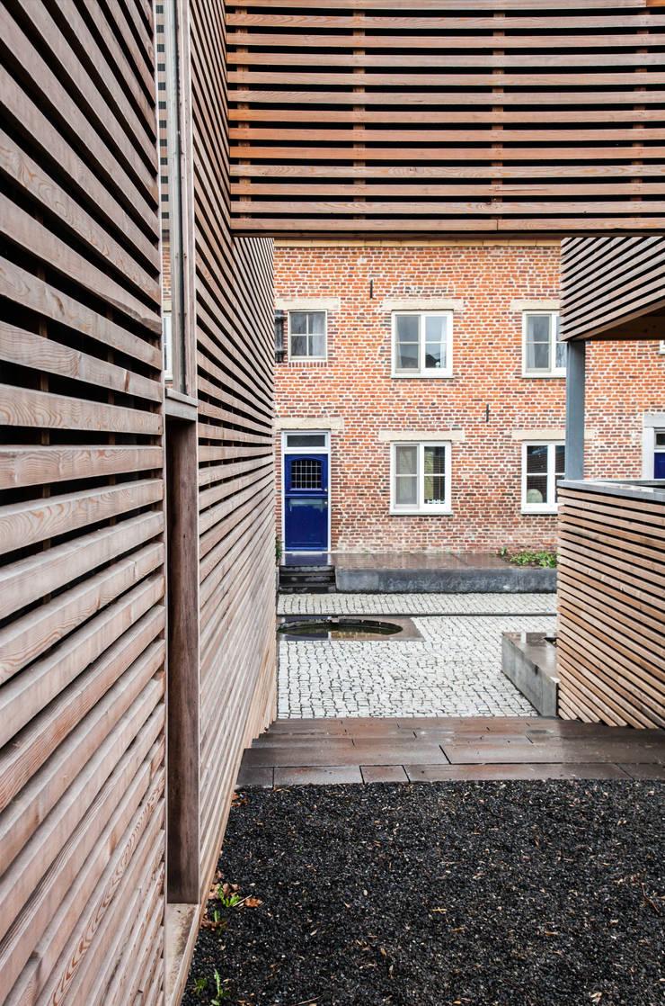 Zicht op de binnenplaats:  Terras door JEANNE DEKKERS ARCHITECTUUR, Landelijk Hout Hout