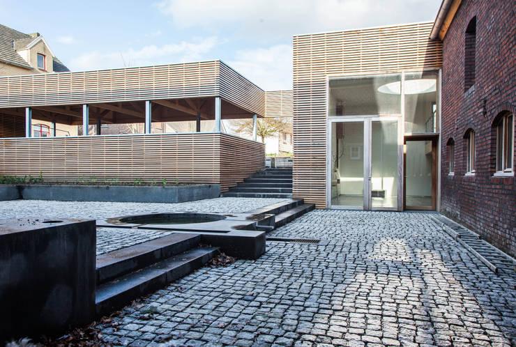 Binnenplaats is de entree van de woningen en kantoor:  Tuin door JEANNE DEKKERS ARCHITECTUUR, Landelijk Steen