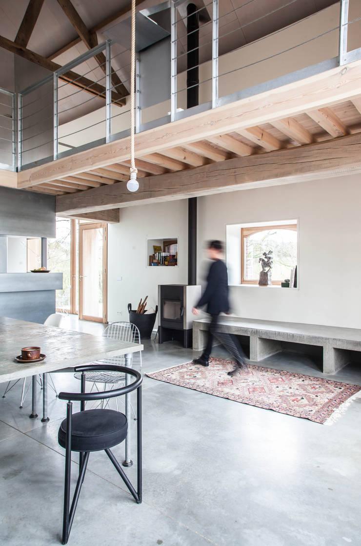 Inrichting brengt moderne en traditionele elementen samen:  Woonkamer door JEANNE DEKKERS ARCHITECTUUR, Landelijk Beton