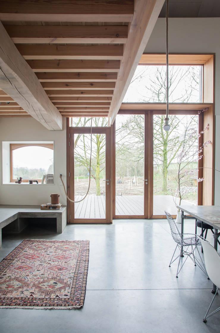 Grote ramen zorgen voor veel licht en prachtig uitzicht:  Woonkamer door JEANNE DEKKERS ARCHITECTUUR, Landelijk Beton